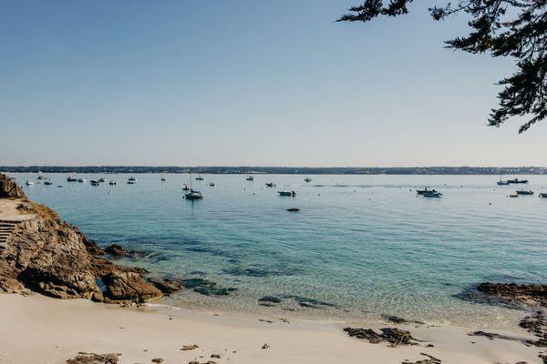 Les plages bretonnes ont bien des histoires à vous raconter. Des histoires d'hommes et de femmes qui ont laissé leur empreinte en ces lieux.