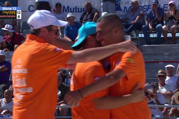 La joie de la triplette Courtois qui se qualifie pour la finale du mondial à pétanque