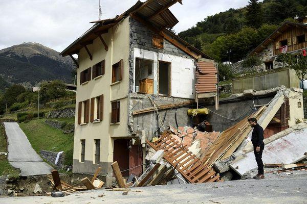 Un homme près d'une maison détruite après les inondations à Saint-Martin-de-Vésubie, le 6 octobre 2020