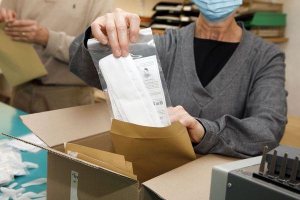 Les masques font l'objet d'un conditionnement sous enveloppe avant d'être distribués par les enseignants
