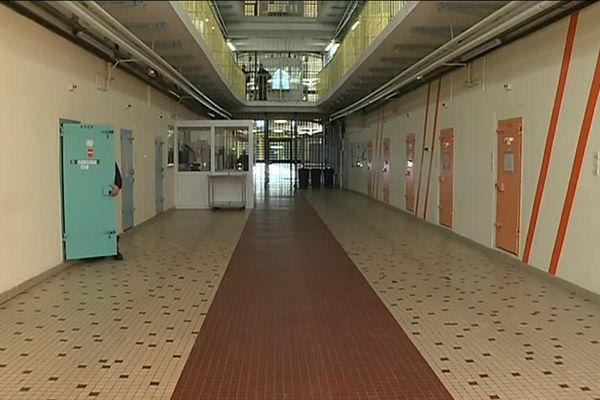 La maison d'arrêt de Dijon, les détenus ont le droit de vote, mais peu d'entre eux l'utilisent.