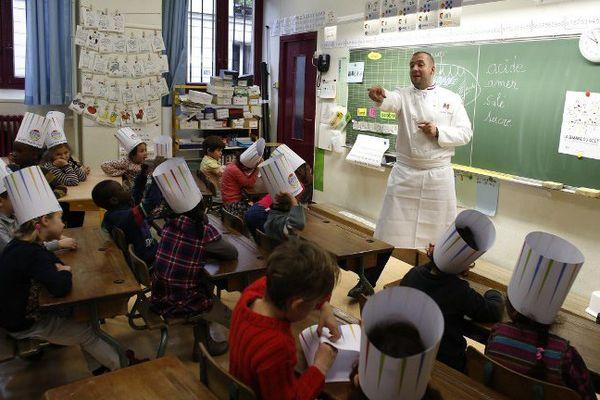 Guillaume Gomez, chef de l'Elysée, dans une école parisienne lors de la Semaine du Goût 2015