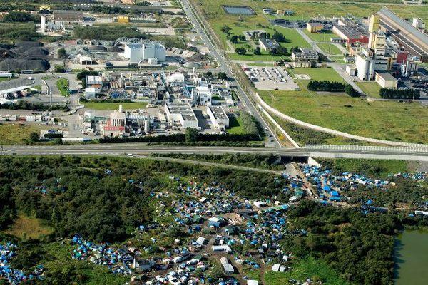 La jungle des migrants sont proches d'usines Seveso.