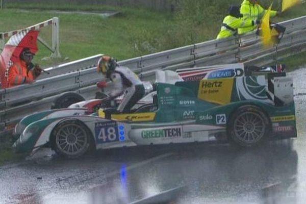 Les 24 heures du Mans sous la pluie ce week-end : Le prototype de l'écurie irlandaise Murphy finit sa course hors piste.