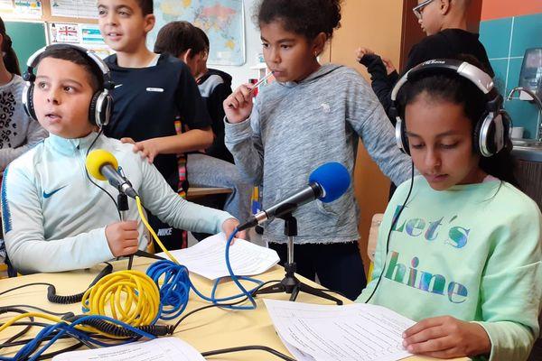 Les élèves ont enregistré avant le confinement  des petits modules dans leur classe. Ces enregistrements sont mutualisés dans toute l'académie.