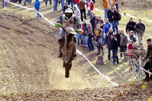 166 pilotes ont pris le départ de The Race, près de Thiers dans le Puy-de-Dôme, samedi matin. Cette enduro, un des deux plus difficiles de la saison avec celui du Limousin, est la dernière épreuve de la saison.