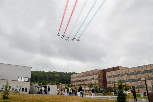 Les alphajets de la Patrouille de France au dessus du centre hospitalier de Trévenans.
