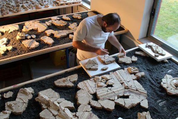 Un toichographologue, spécialiste des peintures murales antiques assemble les fragments pour recomposer le décor et en identifier la nature.