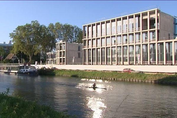Le bâtiment surplombe le canal de la Marne au Rhin