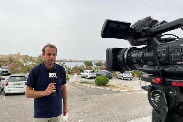Frédéric Danesi (au micro) et Paul Salort (derrière la caméra) sont à L'Île-Rousse.
