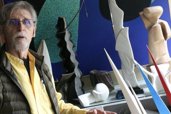 Le plasticien Rémy Le Guillerm dans son atelier sarthois.
