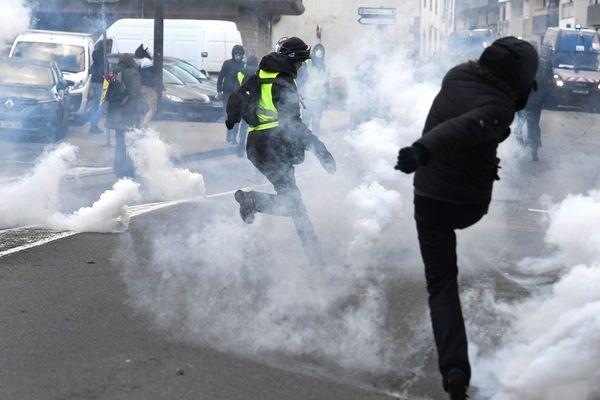 Face à face entre manifestants et forces de l'ordre à Morlaix lors de la mobilisation des Gilets jaunes