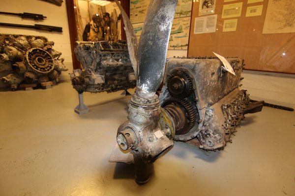 Le moteur Daimler-Benz d'un Messerschmitt B109 tombé en septembre 1940 à Coquelles, pendant la Bataille d'Angleterre. L'épave de l'avion n'a été retrouvée qu'en 1986. Plusieurs éléments sont exposés au Musée Mémoire 39-45 Calais.
