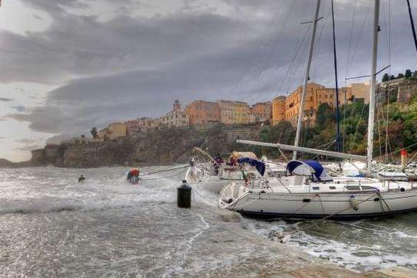 12/11/13 - Bastia: le Vieux Port balayé par une forte houle