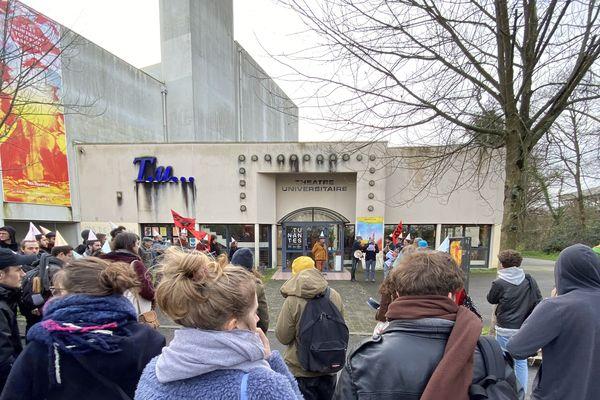 Une trentaine d'enseignants et étudiants se sont rassemblés devant le théâtre universitaire.