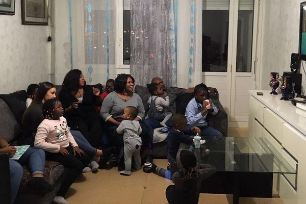 Séquence karaoké pour la famille de Ramatoulaye Mané, composée de 11 enfants et 5 petits-enfants. Un pour tous, tous pour un est véritablement le crédo de cette famille recomposée.