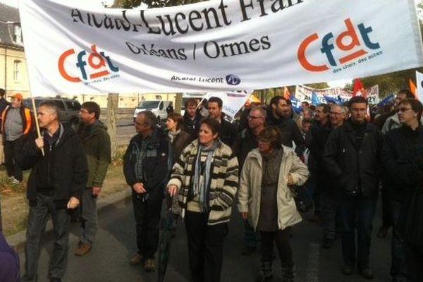 Des salariés d'Alcatel Ormes se dirigeant vers le siège d'Alcatel-Lucent avenue de Suffren dans le 7e arrondissement de Paris