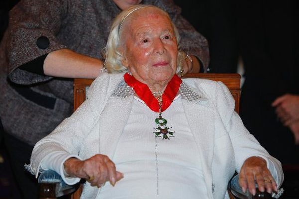 Le 16/11/2010 à Paris : remise de la légion d'honneur à Marie-Louise Carven au ministère de la Culture.