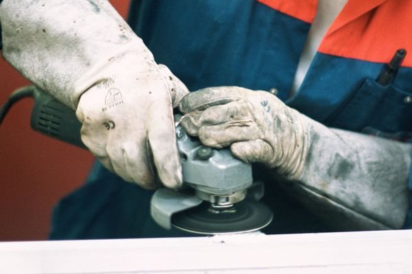 Un salarié de la communauté d'agglomération de Montluçon s'est accidentellement entaillé la gorge et l'épaule avec une disqueuse, le mercredi 18 octobre. Photo d'illustration.