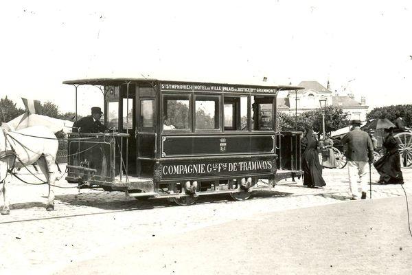 Le premier tramway est inauguré en 1877. La première ligne relie le quai Paul Bert et la barrière de Grammont, l'actuel carrefour de Verdun.