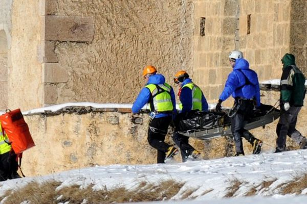 Les secouristes transportent le corps de l'une des victimes de l'avalanche de Ceillac