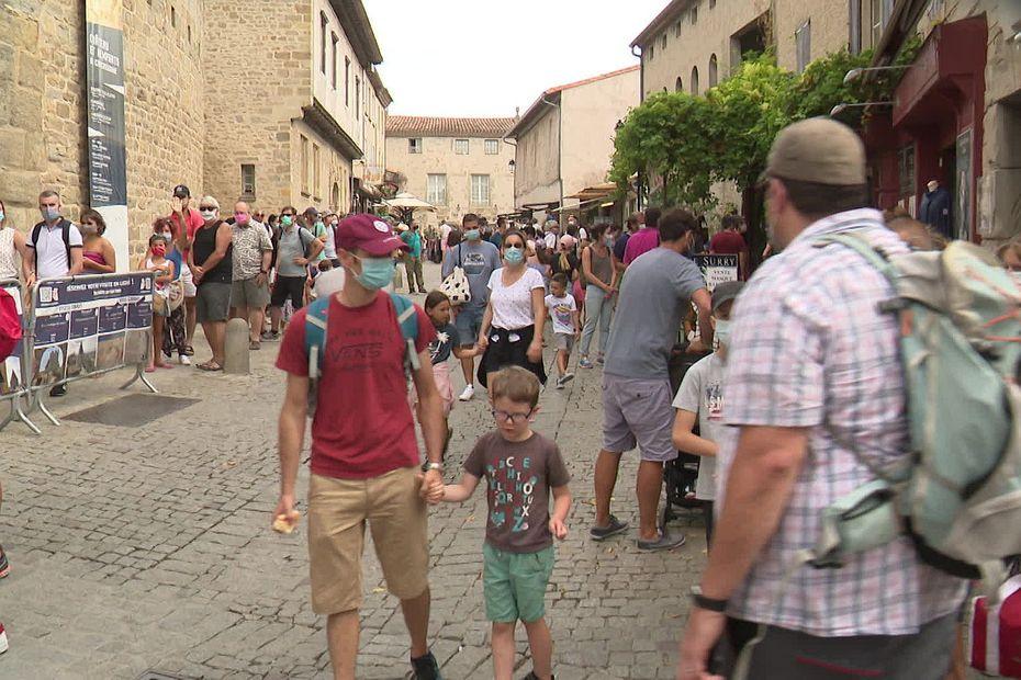 Aude : les touristes français nombreux dans la cité médiévale de Carcassonne