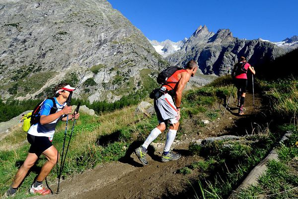 Des concurrents au Grand Col Ferret en Italie