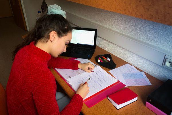 Maëlle Hoffmann dans sa chambre en cité universitaire à Metz.
