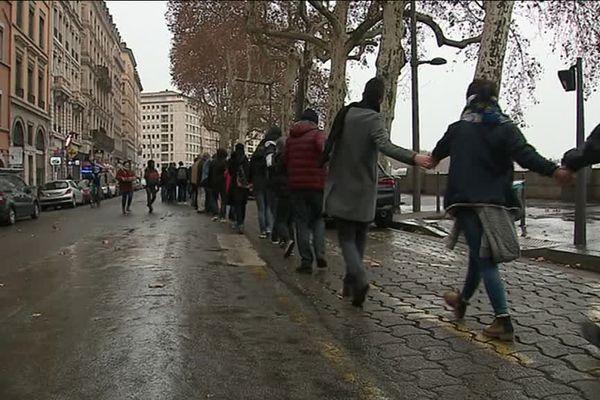 27/1/19 : une chaîne humaine à Lyon pour le climat ... les militants sur les quais de Saône