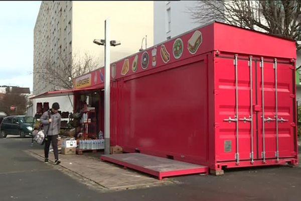 Cette épicerie est installée dans trois conteneurs, réaménagés par un collectif d'architectes