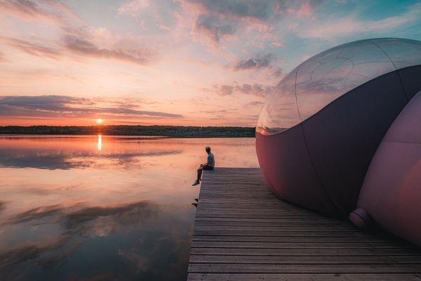Coucher du soleil au bord du lac de Virelles en Belgique.