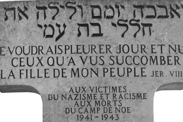 Une stèle, à l'entrée du camp de Noé en Haute-Garonne.