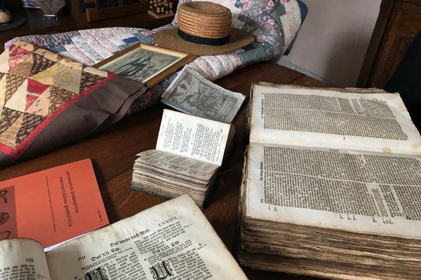 Une bible en suisse allemand, un livre des martyrs et un recueil de chants constituaient la bibliothèque de toutes les familles amish