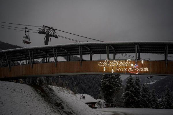 """1er décembre 2020. Les remontées de Châtel fermées, aux """"Portes du Soleil"""" , voisines de la Suisse qui peut en revanche ouvrir ses pistes"""
