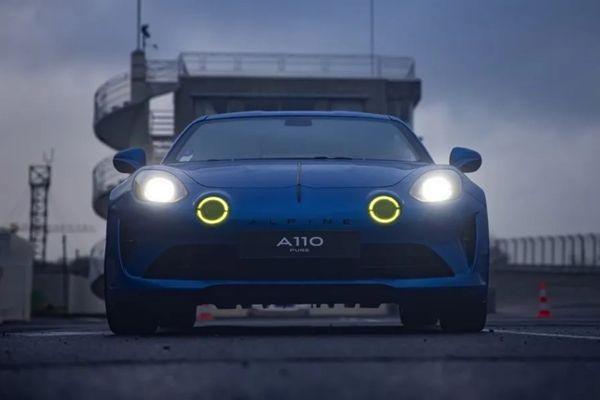 Grégory Galiffi, parrain de la vente aux enchères au profit des sinistrés de la tempête Alex, met aux enchères son Alpine A110 Pure. Un modèle unique réalisé avec le concours du Studio Alpine de Boulogne.