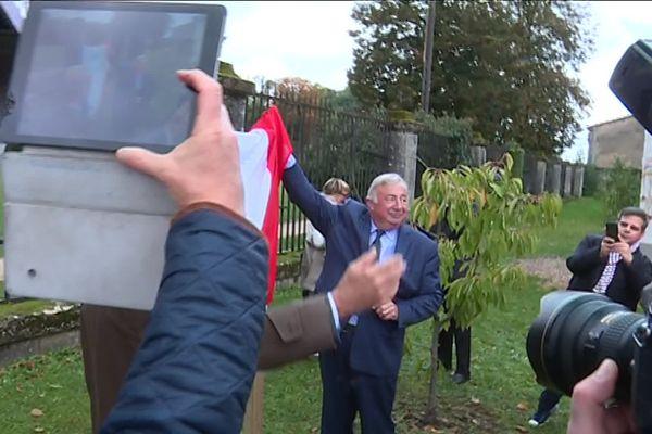 Gérard Larcher a inauguré une sculpture baptisée «Ve République» dans les jardins du Centre mondial de la Paix.