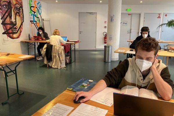 Ambiance studieuse au TNB à Rennes qui a décidé d'ouvrir ses portes aux étudiants