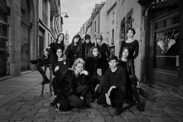 """Ont participé à l'album """"Black Lilith"""". De gauche à droite, sur le tabouret Léa Schweitzer, Claire Auffret, Orane Guéno (fondatrice du label Black Lilith records), Margaux Desailly du groupe Mamel, Cléa Laizé, Roxane Hesry (qui fait la grimace), Hélène Bertrand, Maurane Chabot (président de l'association Black Lilith records), Rosa Miller, Eliott Peniguel"""
