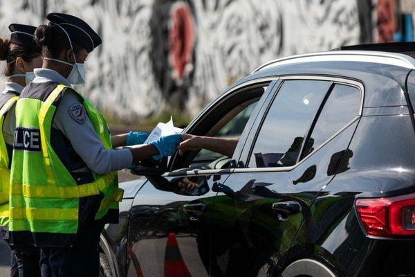 Les policiers contrôlent les attestations dérogatoires dans le cadre du confinement lié au coronavirus. (Photo d'illustration)