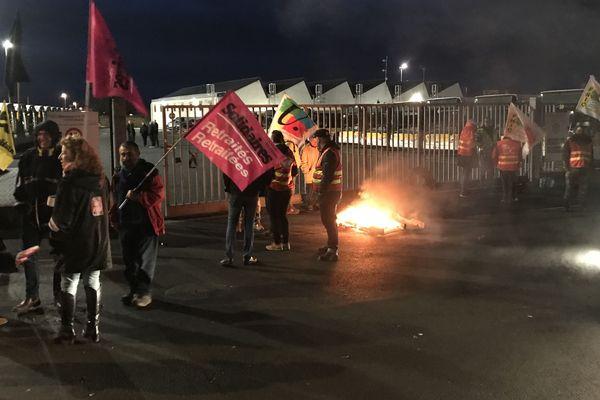 Les manifestants étaient arrivés de bonne heure ce mardi matin pour bloquer le dépôt de bus de La Roche-sur-Yon.