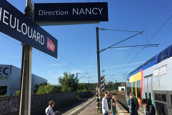 Panne informatique à Nancy, passagers et TER en attente à Dieulouard (54), vendredi 22 juin 2018.