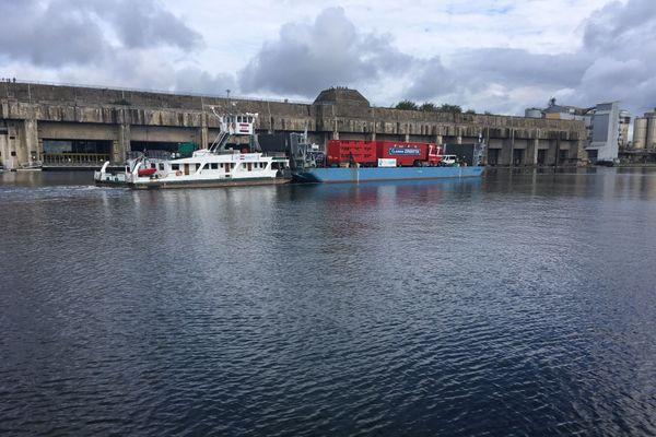 À Saint-Nazaire, l'improbable convoi : une partie du cirque Claudio Zavatta sur une barge de Loire, ou la rencontre de deux mondes : les marins et les gens du cirque