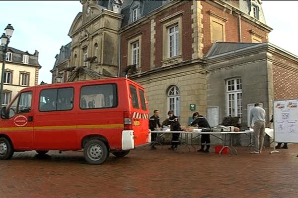 Les sapeurs-pompiers se sont installés devant la mairie de Cabourg ce vendredi pour proposer une initiation aux premiers secours