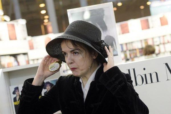 """La prolixe romancière Amélie Nothomb est l'invitée d'honneur du salon du livre de Royat-Chamalières (63) les 3 et 4 octobre 2015. Elle y signe son dernier roman """"Le Crime du comte Neuville""""."""