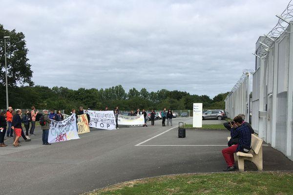 Une trentaine de manifestants tente de s'opposer à la réouverture du centre de rétention administrative de Rennes.