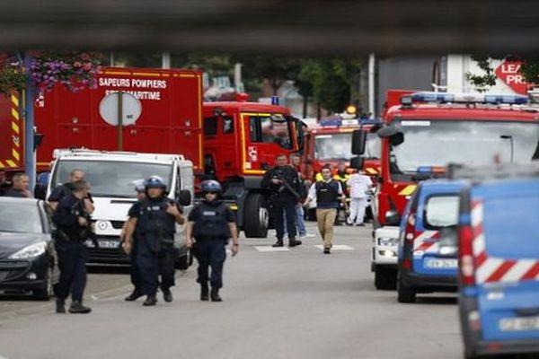 Policiers et pompiers devant l'église de Saint-Etienne-du-Rouvray, juste après l'assaut.