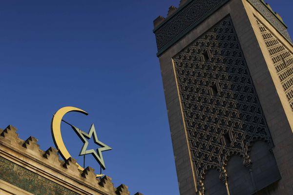 Pour la première fois en France, deux femmes imames ont dirigé une prière ce samedi à Paris.