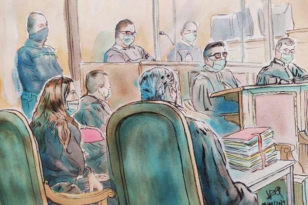 """Rémi Chesne (dans le box) et sa co-accusée Audrey Louvet (au premier plan) lors du procès de l'assassinat de la """"grotte sanglante"""" de Sète - 19 janvier 2021."""