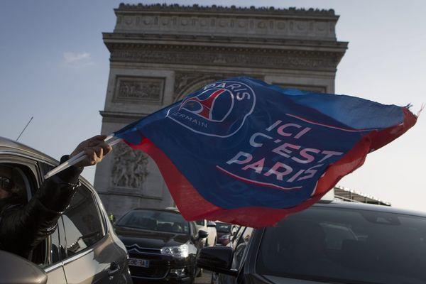 La joie des supporters parisiens, après le 4ème titre d'affilée de champion de France du PSG.