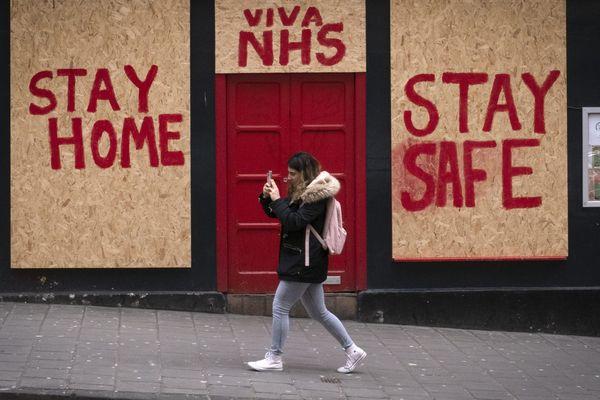 Dans les rues d'Edimbourg (Ecosse) ce lundi : des messages pour inciter à rester chez soi.